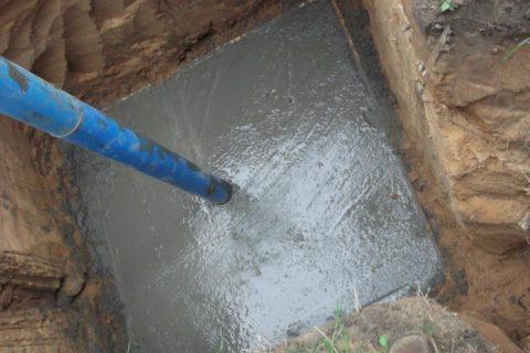 Залитый вяму бетон необходимо уплотнять, чтобы внем неосталось воздушных пузырей