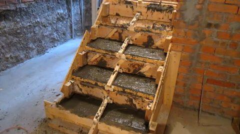 Заливка ступеней бетоном