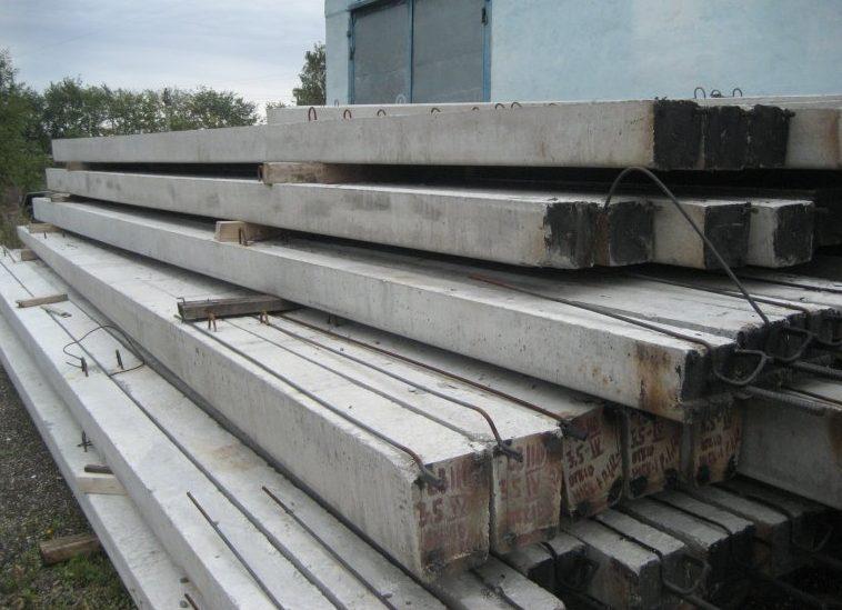 Бетонные столбы на складе