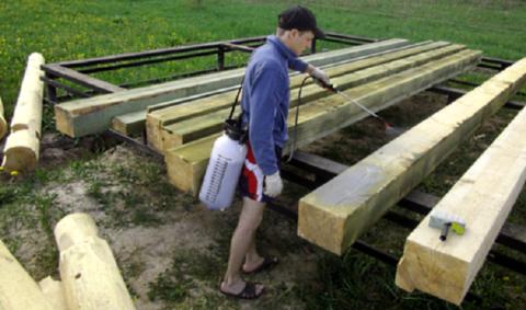 Антисептическая обработка позволяет избежать гниения древесины и поражения её грибком
