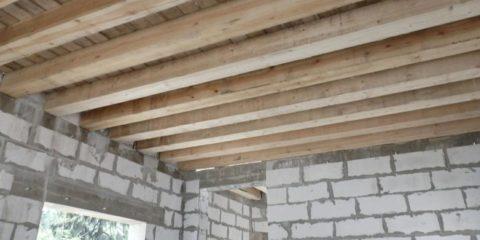 Деревянное межэтажное перекрытие газобетонного дома с открытыми балками