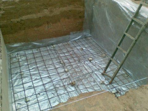Как построить бетонный подвал: поверх пленки установлен арматурный каркас