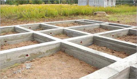 Ленточное основание под здание – самый популярный вид фундамента в индивидуальном строительстве