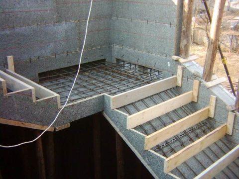 Опалубка с арматурным каркасом для заливки степеней и площадки