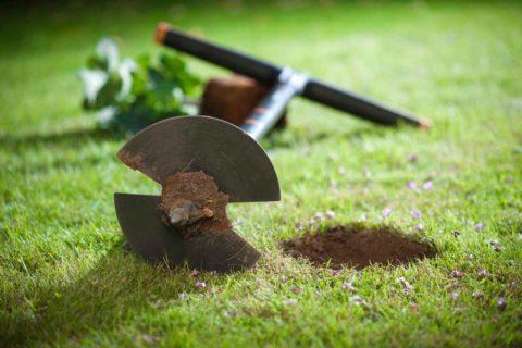При помощи садового бура можно самому выполнить разведку уровня грунтовых вод