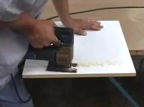 Резка панели лобзиком требует аккуратности