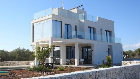Технологичные материалы в современном стиле дома