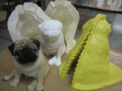 Технология литья из бетона подходит как для изготовления мелких фигурок, так и для массивных предметов, таких как цветочницы, раковины и прочее