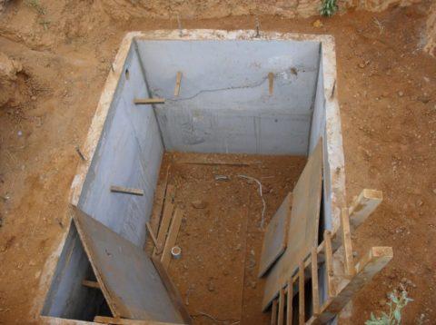 Залитый короб бетонного погреба