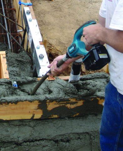 Заливаемый бетон нужно хорошо уплотнять