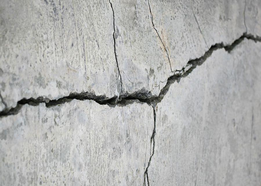 Трещины, появившиеся от воды, а точнее от ее постоянного воздействия