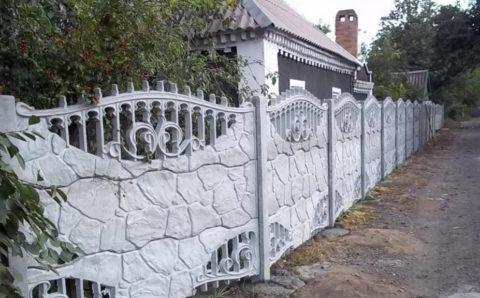 Бетонная ограда без окраски лишена всякого очарования