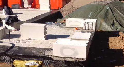 Дом из газобетона как построить: кладка начинается с верхнего угла