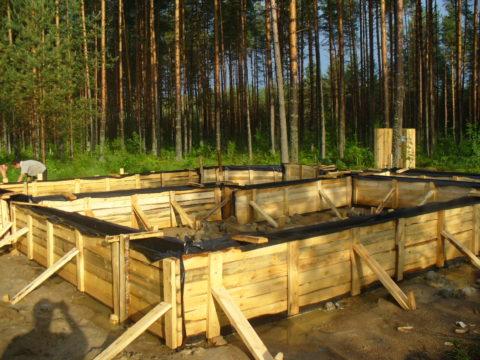 Как из газобетона построить дом: ставим опалубку под фундамент
