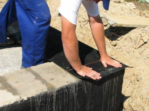 Как построить дом самому из газобетона: кладку нужно отделить от основания слоем гидроизоляции