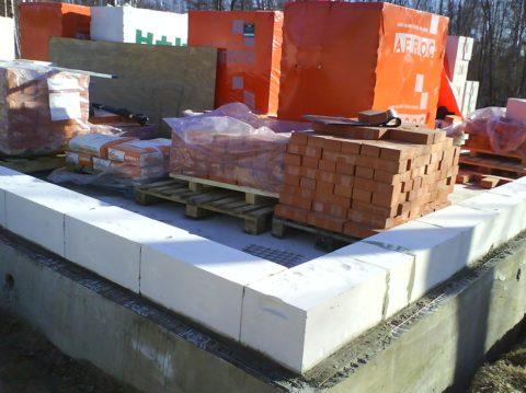 Кладка из газобетонных блоков: технология - первый ряд «Аэрок» уложен на выровненное и гидроизолированное основание