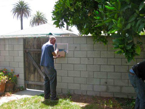 Красим бетонный забор