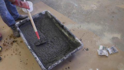 Материал под будущий стол – бетон пластичен и легко растекается