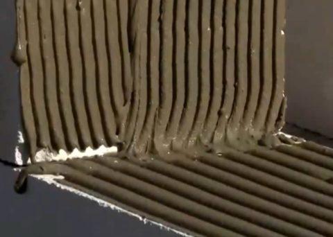 Нанесение клея на вертикальную поверхность
