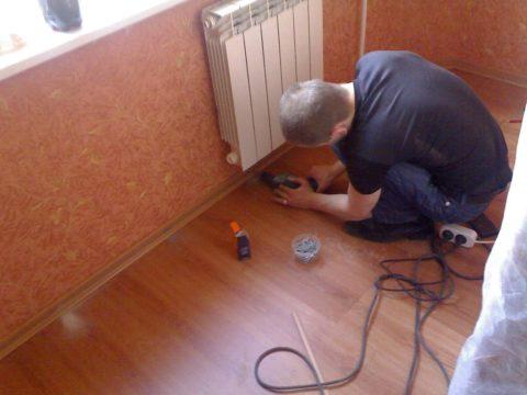 Плинтус нельзя прикручивать к покрытию, только к стене