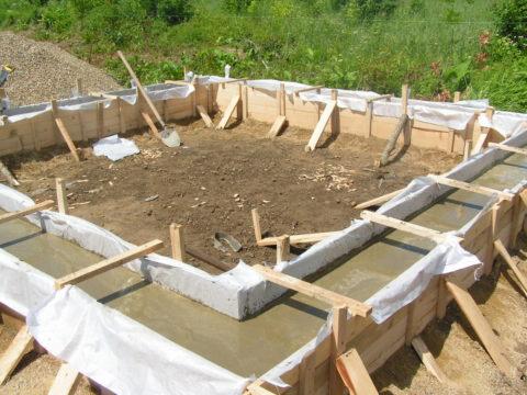 Постройка домов из газобетона: заливка фундамента