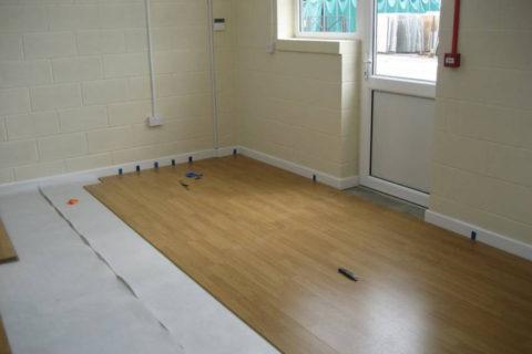 Процесс настилки ламината на бетонные полы