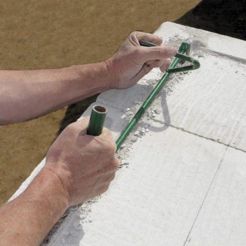 Штробы нарезаются ручным инструментом