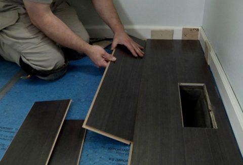 Стелим ламинат на бетонный пол: первые ряды и прокладки по периметру