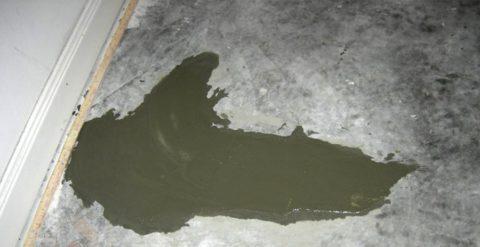 Свежезаделанная трещина в полу