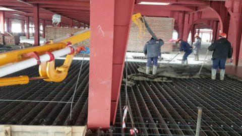 Укладка бетонного раствора при помощи бетононасоса