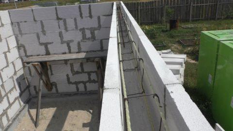 Верхний армопояс делается по всему периметру строения