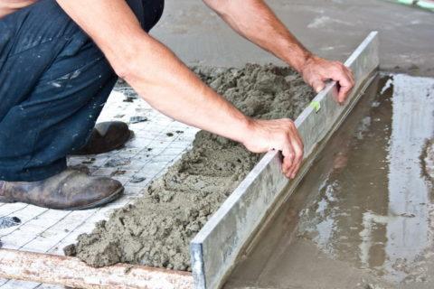 Выравнивание бетонной смеси правилом