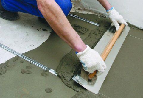 Заливка пола - пескобетон хорошо разравнивается и уплотняется, в отличии от обычной бетонной стяжки