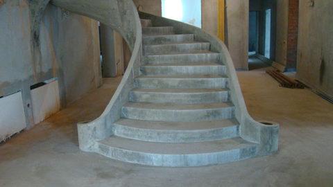 Даже интересная по форме бетонная лестница без отделки выглядит не привлекательно