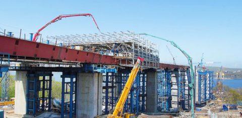 Использование стрел для подачи бетона при строительстве моста
