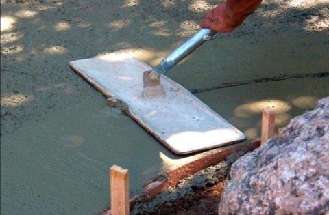 Монтаж крыльца из бетона – заглаживание поверхности