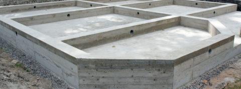 На фото монолитный фундамент, залитый в летнюю погоду