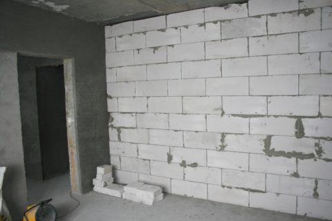 На фото виден зазор между потолком и перегородкой