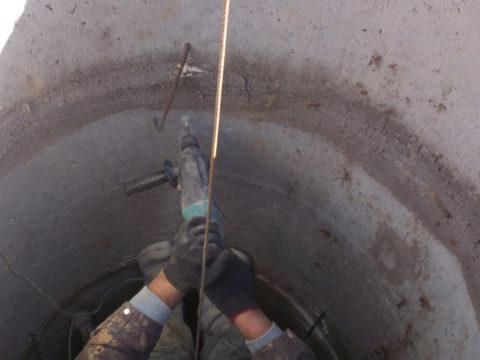 Скобирование швов в колодце