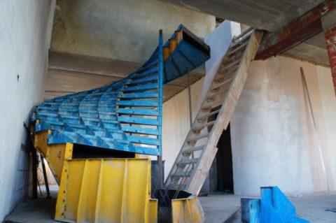 Собранный комплект заводской опалубки для устройства винтовой лестницы