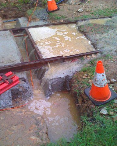 Убирается вся вода и только после заливается бетон