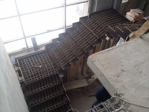 Усиление конструкции стальными прутками армирования производиться перед установкой боковых и верхних элементов опалубки