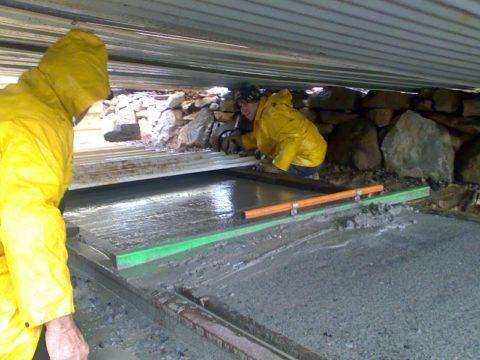 Заливка бетона в дождь – отличный повод для сооружения импровизированного навеса