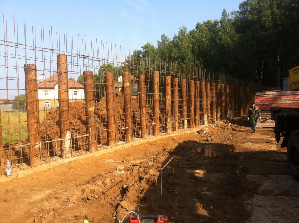 Устройство подпорной стены обязательно включает металлическое усиление