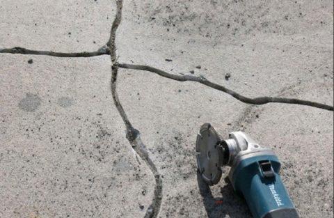 Чтобы качественно заделать трещины в бетонном основании, лучше их сделать пошире