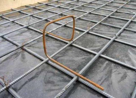 Для фиксации положения верхнего слоя армирования устанавливаются П-образные «лягушки»