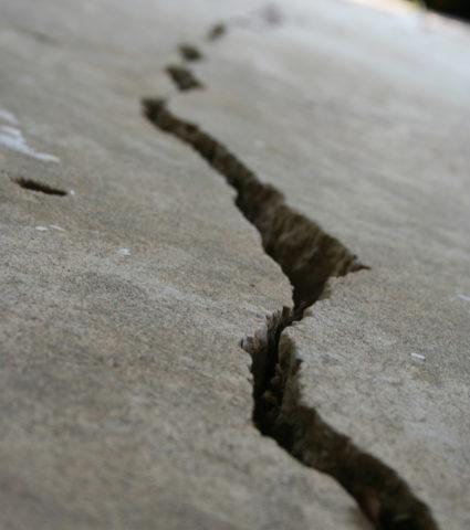 Из-за неравномерной усадки строения в бетоне появились серьезные трещины