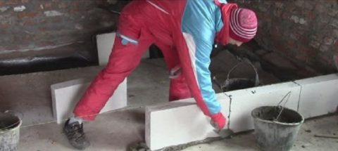 Кладка первого ряда на цементный раствор