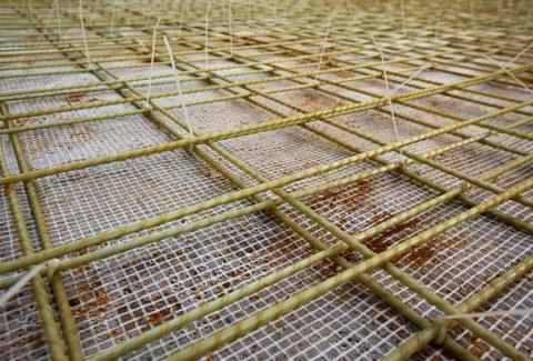 Композитная арматура, как правило, используется в горизонтальных элементах строения, имеющих опору на грунт