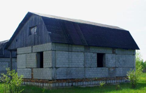 Коробка дома построена из сборных стеновых панелей